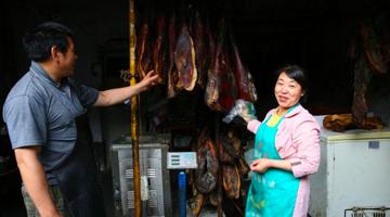 镇坪60后夫妻卖腊肉年销2万斤
