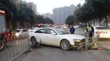 西安一小车撞向护栏受损严重