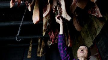 大妈杀年猪熏腊肉 为儿子备足一年的肉