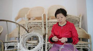 岚皋妹子编了36年藤椅 有手艺不怕下岗
