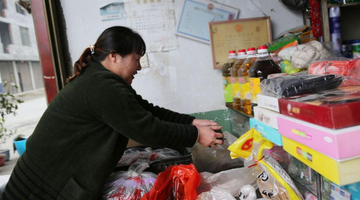 农妇开小商店 一年帮老乡卖出50吨山货