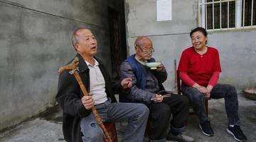 男子退休回大山陪92岁老爸 住百年老房
