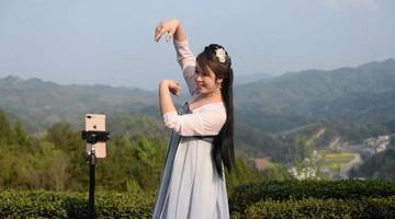 石泉女子上茶山直播 推荐家乡高山春茶