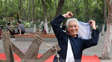 """兴庆公园""""网红""""大爷和他的祖传木纺车"""