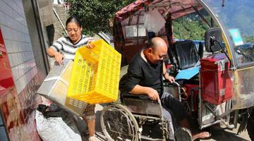 女子做豆腐养猪 高位截瘫老公卖豆腐