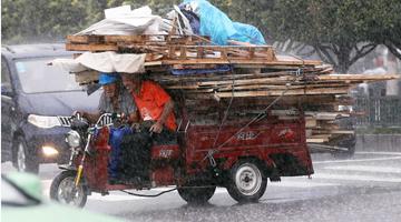 西安突降大雨 市民冒雨出行