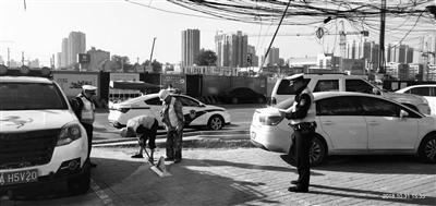 民警拆除地锁 (交警供图)