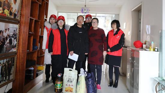 农业银行榆林分行组织青年志愿者进社区走访慰问特困户