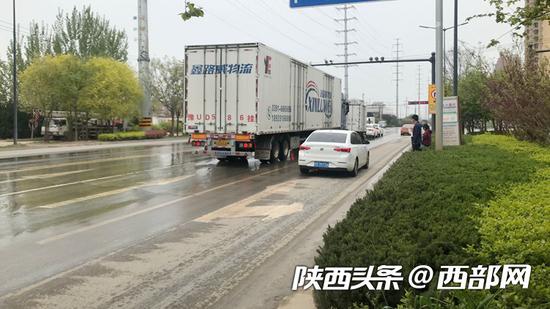 渭南一公交站牌设在行车道上存安全隐患 回应:已迁移