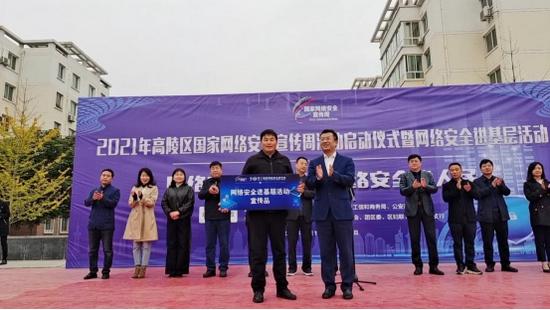 区委常委、宣传部部长张博向泾渭苑社区赠送宣传品