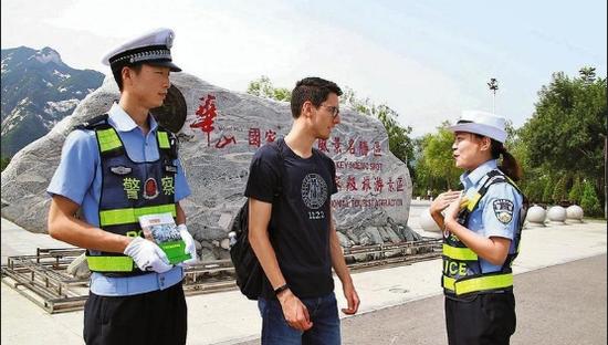 渭南华阴市交警服务外籍游客显文明
