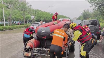 7月21日,陕西省多支救援队伍赶往郑州。图为救援人员在现场展开救援工作。 前方救援队员供图