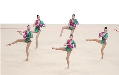 9月13日,第十四届全运会艺术体操女子集体全能决赛在西安举行,陕西队以总分72.45分获得季军。图为陕西队在5球比赛中。 新华社发