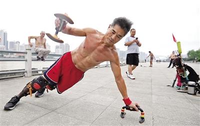 男子负重22公斤健身本报记者 陈飞波 实习生 华人 摄