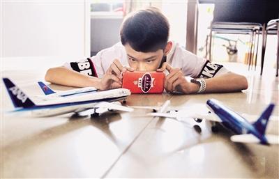 李沁轩立志长大要当飞行员 本报记者 陈飞波 实习生 石锋 华人 摄