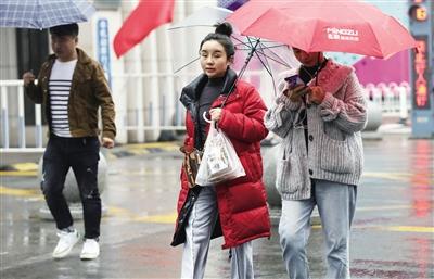 气温下降市民穿羽绒服出行 本报记者 马昭 摄