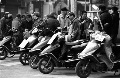 街头找工作的务工人员 本报记者 代泽均 摄