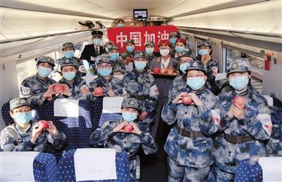 乘务员为每名医疗队员准备了苹果,预祝他们早日平安凯旋。 本报记者 张毅伟 摄