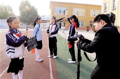 学生拍摄现场还原 本报记者 党运 摄