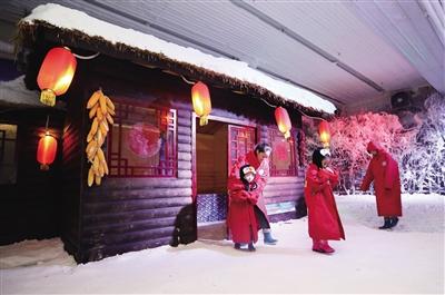 -8℃的冰世界吸引众多市民 本报记者 陈飞波 实习生 华人 摄 生 华人 摄