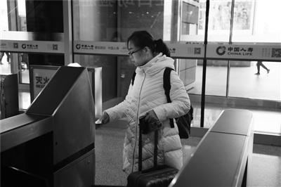 乘客刷身份证进出站