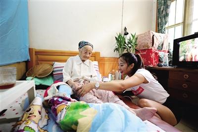 李文英闲下来给奶奶按摩