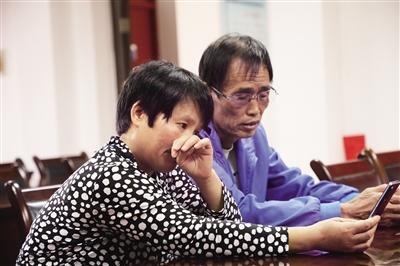 刘子尧夫妇与女儿视频通话