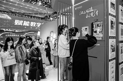 参观者在展厅体验