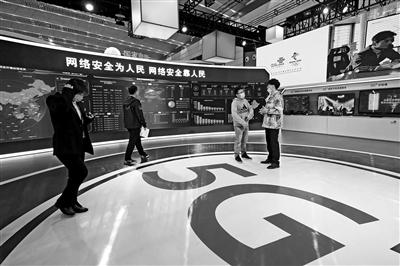 市民在展会现场参观。 本报记者 王晓峰 摄