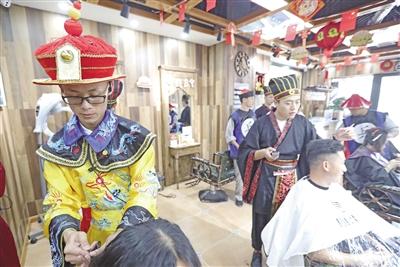 身着古装的店员为顾客理发 本报记者 陈飞波 实习生 石锋 华人 摄