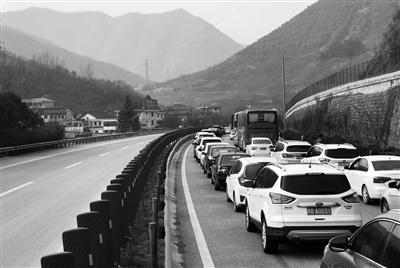 正月初六,安康往西安段距车家河隧道2.3公里处,发生了严重堵车 本报记者 陈飞波 摄