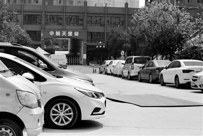 """私家車""""夜宿""""小區外車玻璃被砸 物業:未開放停車位"""