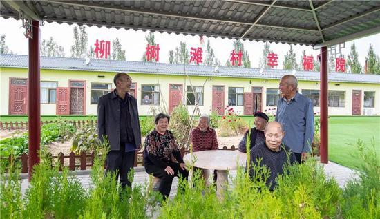 榆阳区农村互助幸福院的老人们聊天作伴,安享晚年