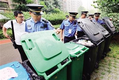 城管执法人员在一小区内检查垃圾分类 本报记者 马昭 摄