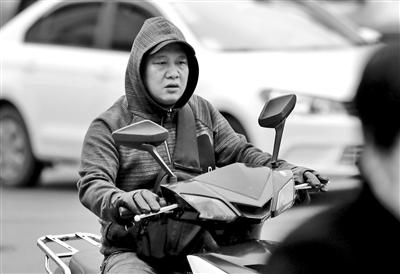 街头出行的市民都穿上了厚外套。 本报记者 代泽均 摄