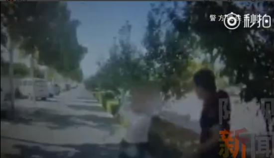 西安世博大道两盗贼盗车后刚走两步就被巡逻民警抓捕