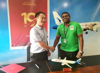 飞鲸旅游业务总经理杨昌雄与马尔代夫航空总裁默罕默德·雷士维签约合影