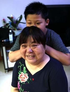 """男孩出生患脑瘫 外婆培养他为""""歌手"""""""