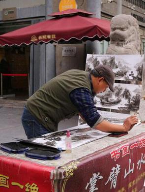 汉中农民用手臂手掌手指作水墨画