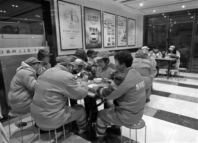 免费早餐面向保洁员开放供应 本报记者 李宗华 摄