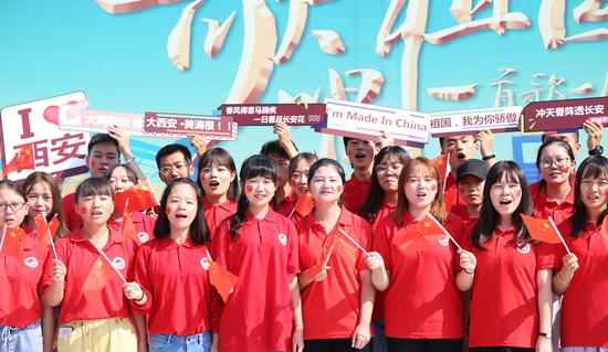 西安文理学院的大学生们演唱《歌唱祖国》 摄影 张静攀