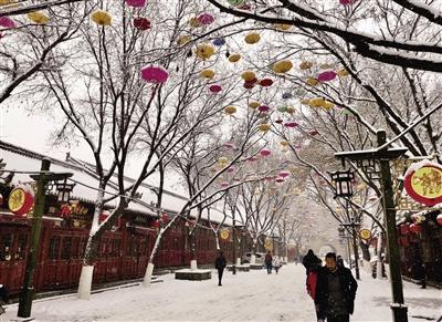 榆林昨天下起大雪 王凌云 本报记者 代泽均 摄