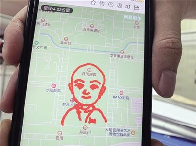 """孔宪东在西安大明宫遗址公园,设计出的""""萌版卡通人物""""创意跑路线。本报记者 宋雨摄"""