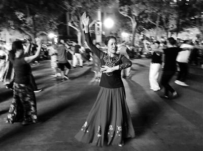 很多市民晚上都聚集在环城公园附近跳广场舞