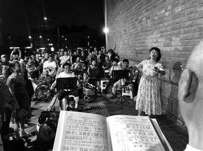 城墙根下不仅有秦腔迷,还有业余歌手