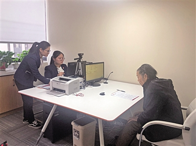 12月18日,市民在中华遗嘱库西安服务中心做遗嘱登记