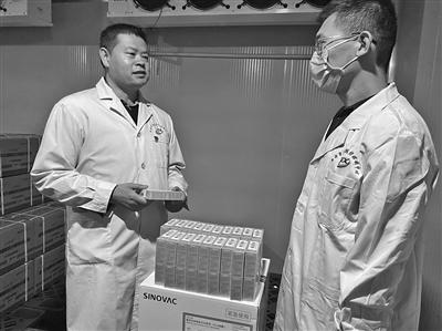 西安市疾控中心主任陈保忠 废寝忘食配送新冠疫苗