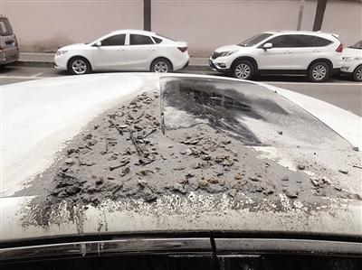 """施工车砸伤路边轿车""""溜之大吉"""" 施工单位:先修车 后将起诉"""