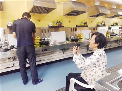 患者家属正在做饭