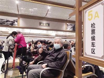 旅客点赞新建的高架候车室 本报记者 张毅伟 摄